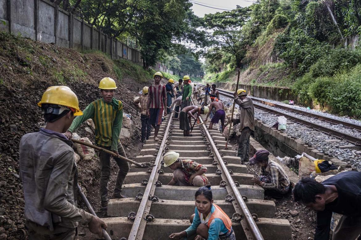 hard-labour-for-migrant-workers-on-the-yangon-circle-line-1582115478