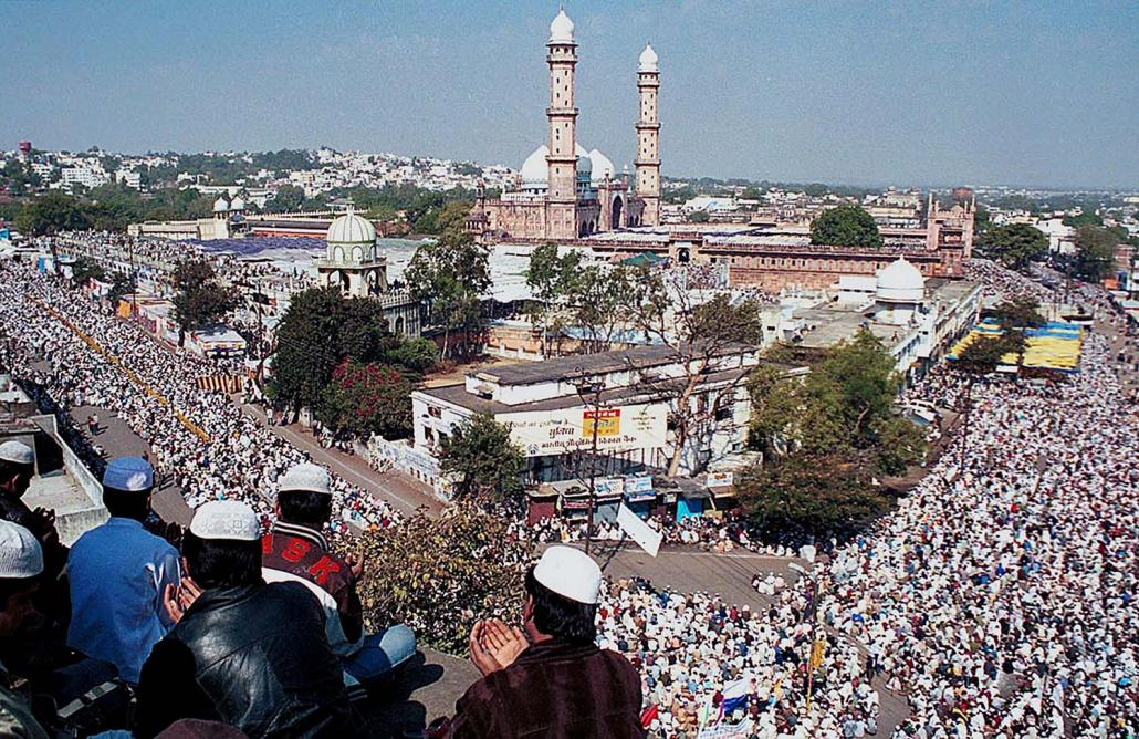 Muslims fill the streets surrounding the Taj ul Masjid Mosque to offer prayers on the final day of a Tablighi religious gathering in Bhopal, India. (AFP)