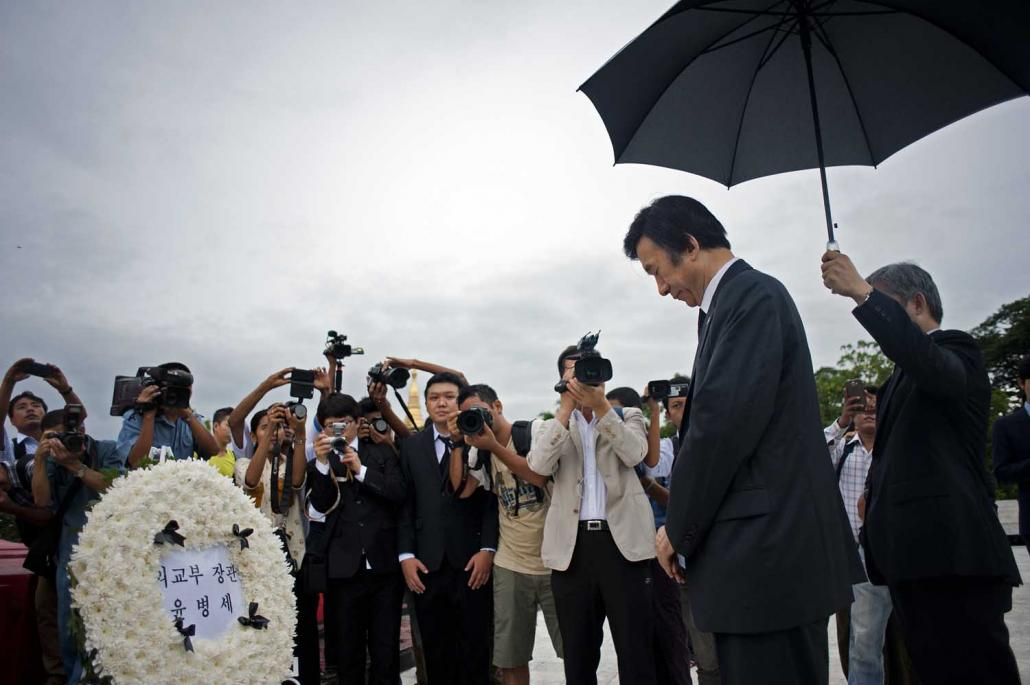 South Korean minister Yun Byung-se pays tribute to those who were killed in the 1983 bombing at the Martyrs' Mausoleum during a memorial ceremony in Yangon on June 6, 2014. (AFP)