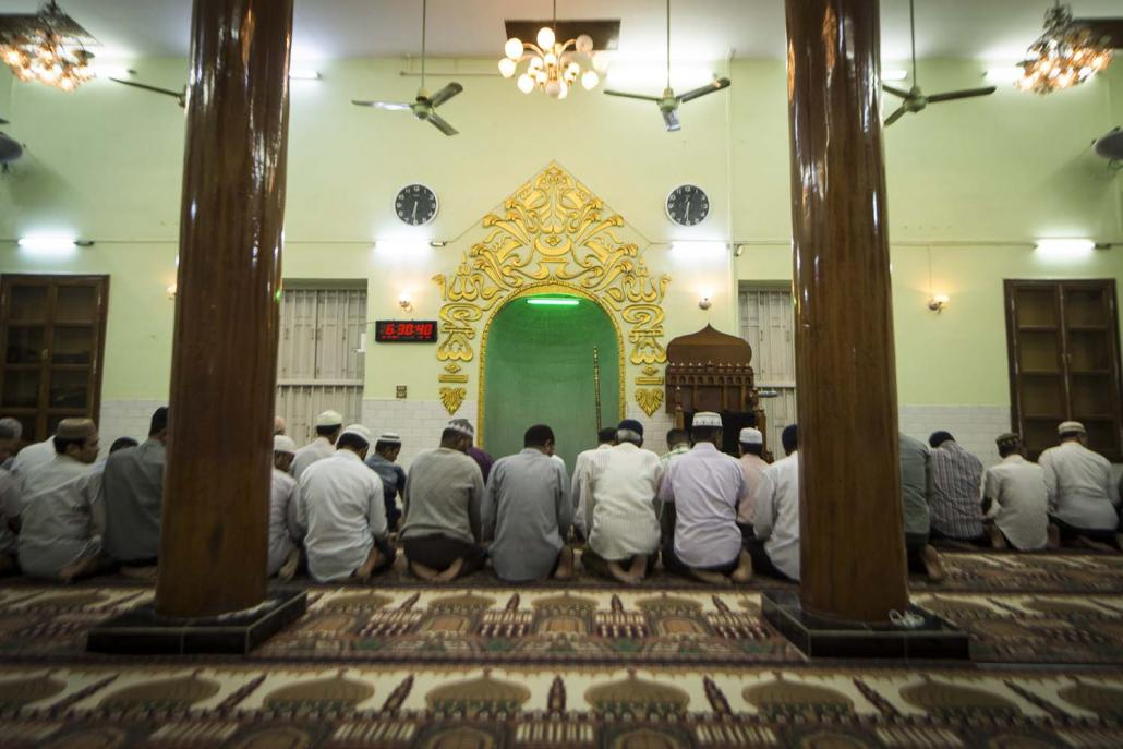 Men pray at Taung Balu Mosque in Mandalay (Teza Hlaing | Frontier)