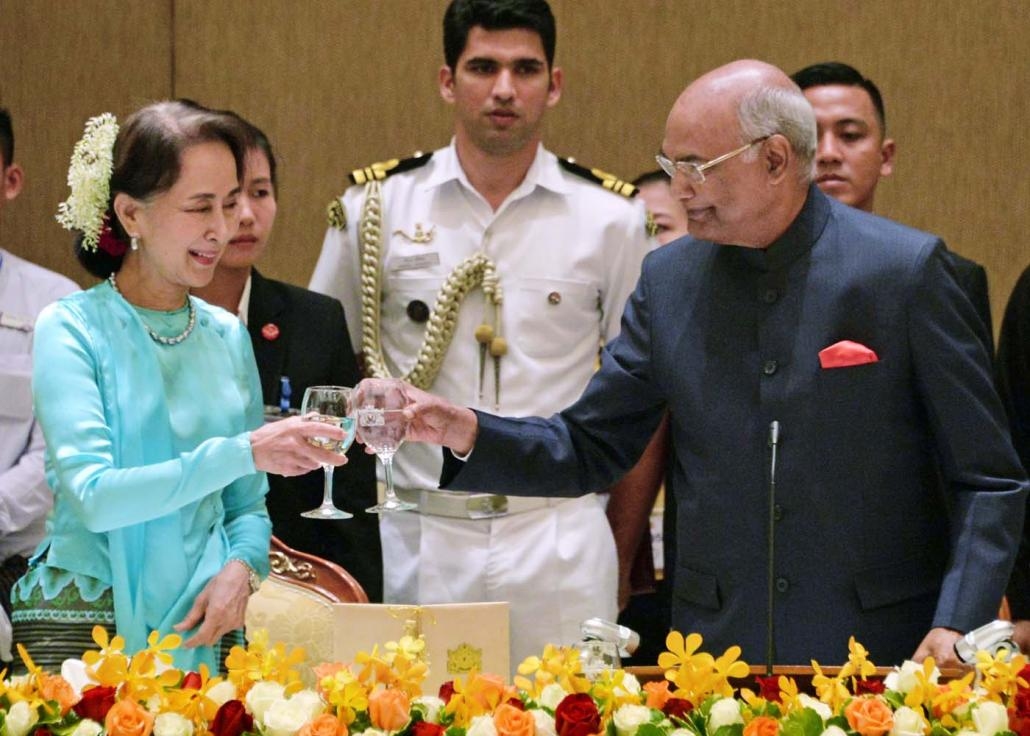 Daw Aung San Suu Kyi and India's President Ram Nath Kovind share a toast during a dinner reception in Nay Pyi Taw on December 11, 2018. (AFP)