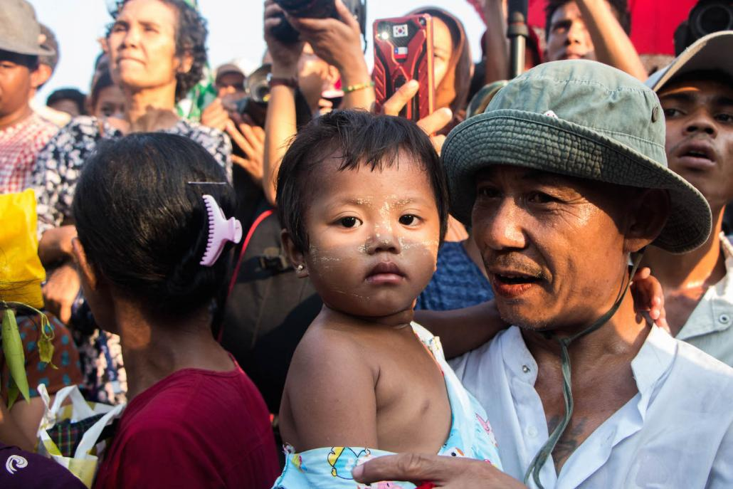 A child waits for her mother to be released from Insein Prison. (Thuya Zaw | Frontier)