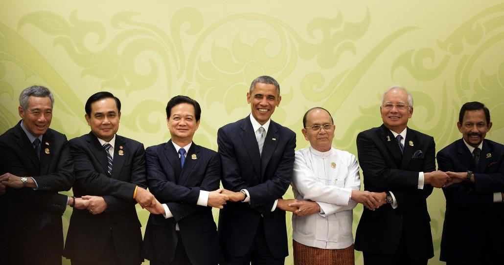 US President Barack Obama, Thein Sein and other leaders onstage at the ASEAN Summit in Nay Pyi Taw on November 13, 2014. (Christophe Archambault / AFP)