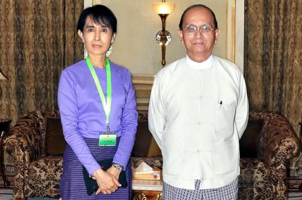 Aung San Suu Kyi poses for a photo with President Thein Sein during their meeting at the presidential office in Nay Pyi Taw on August 19, 2011. (AFP / Myanmar News Agency)