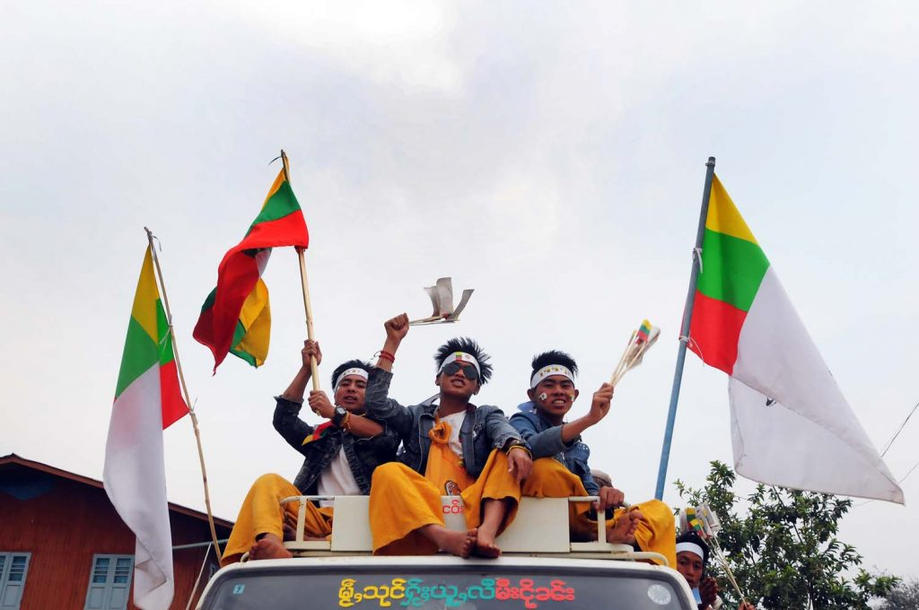 A convoy of Shan Nationalities League for Democracy supporters on the eve of a by-election in Mong Hsu Township, Shan State on April 1, 2017 in which the party won several seats. (Steve Tickner | Frontier)