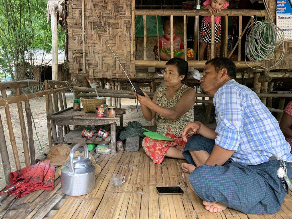 Tuning into Kyayae FM in Htantabin Township. (Saw Yan Naing | DW Akademie)