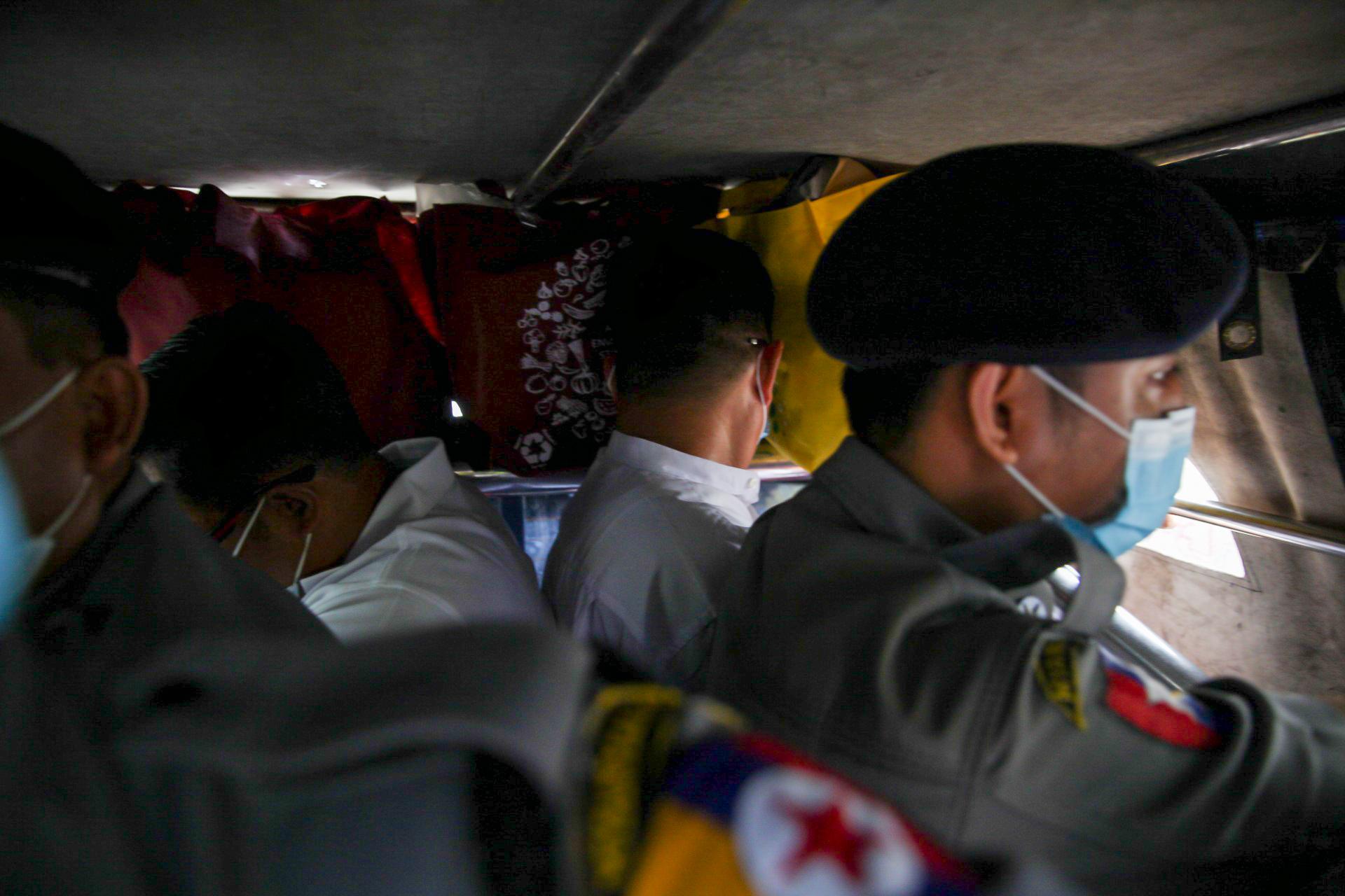ဩဂုတ်၆ရက်တွင် မရမ်းကုန်းမြို့နယ်တရားရုံးက စီရင်ချက်ချအပြီး ပြန်လည်ထွက်ခွာသွားသော စောဒေးဗစ်လာနှင့် ဦးဝေထွန်းတို့ကို တွေ့ရစဉ်။  (သူရဇော် | ဖရွန်တီးယားမြန်မာ)