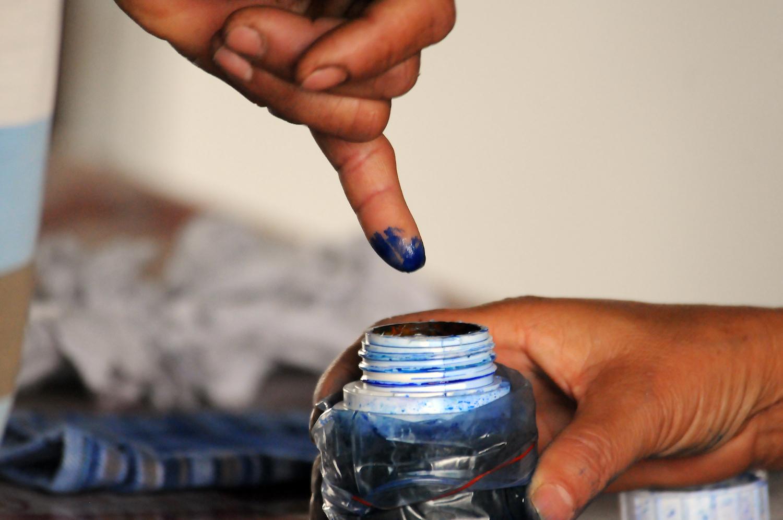 ၂၀၁၇အတွင်းက ကြားဖြတ်ရွေးကောက်ပွဲကျင်းပစဉ်က မဲပေးသူတစ်ဦး လက်သန်းတွင် မင်တို့နေစဉ်။ (စတိဗ်တစ်ခ်နာ | ဖရွန်းတီးယားမြန်မာ)