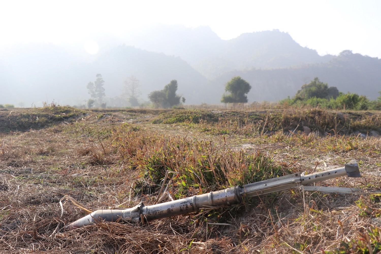 မြေပြင်ပေါ်ရှိ မပေါက်ကွဲသေးသည့် လက်နက်ကြီးကျည်တစ်ခုကို ၂၀၁၉၊ ဖေဖော်ဝါရီ ၁၁ရက်တွင် ရခိုင်ပြည်နယ်၊ ရသေ့တောင်မြို့နယ်အတွင်း တစ်နေရာတွင် မြင်တွေ့ရစဉ်။ ယင်းဓာတ်ပုံ ရိုက်ကူးမှုမတိုင်မီ ရက္ခိုင့်တပ်မတော်နှင့် မြန်မာတပ်မတော်တို့ အဆိုပါဒေသတွင် ပစ်ခတ်တိုက်ခိုက်ခဲ့ကြသည်။ (ဓာတ်ပုံ | အေအက်ဖ်ပီ)