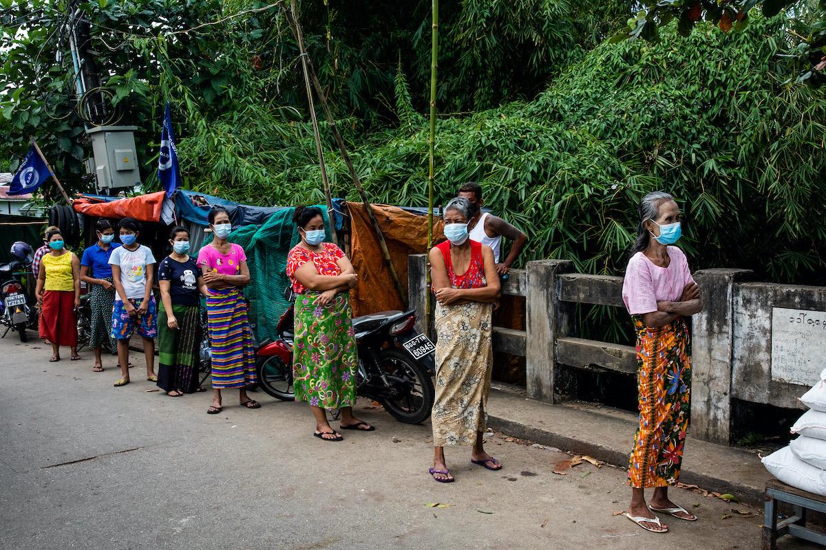 ပြည်သူ့ရှေ့ဆောင်ပါတီက အောက်တိုဘာ၂၇ရက်တွင် ပြုလုပ်ခဲ့သည့် လှူဒါန်းမှုတစ်ခုတွင် လာရောက်စုဝေးနေသည့် မရမ်းကုန်းမြို့နယ်ရှိ ဒေသခံများကို မြင်တွေ့ရစဉ်။ (ခွန်လတ် | ဖရွန်းတီးယားမြန်မာ)