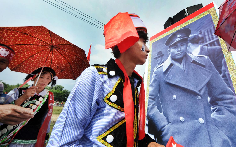 ၂၀၁၅ရွေးကောက်ပွဲ မဲဆွယ်ကာလက မြစ်ကြီးနားမြို့နယ်ရှိ အင်န်အယ်လ်ဒီပါတီထောက်ခံသူအချို့ကို မဲဆွယ်စည်းရုံးလှုပ်ရှားမှုတစ်ခုတွင် မြင်တွေ့ခဲ့ရစဉ်။ (စတိဖ်တစ်ခ်နာ | ဖရွန်းတီးယားမြန်မာ)