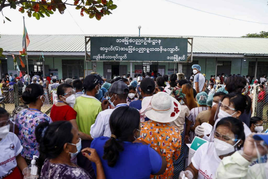 The large number of voters at the polling station in Kyan Sit Thar ward in Dala Township made social distancing all but impossible. (Nyein Su Wai Kyaw Soe | Frontier)