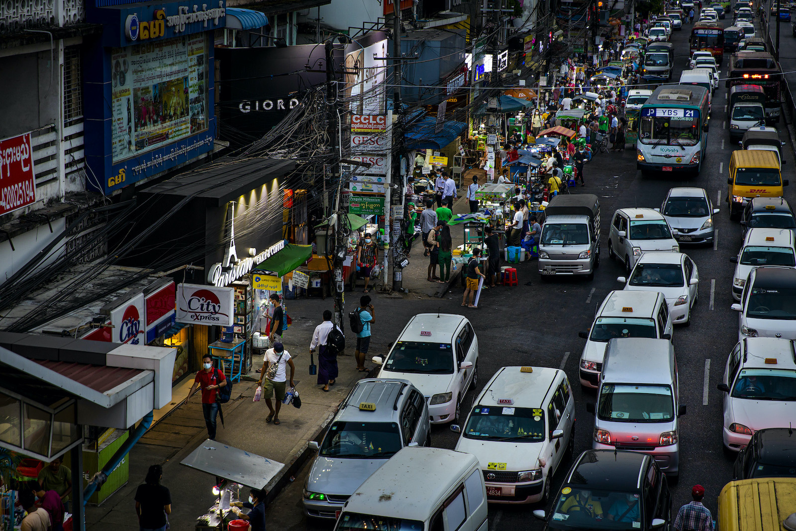 Drivers, pedestrians and vendors fill the streets of Yagon's Hledan Township, as in much of the rest of the city, on November 24, despite stay-at-home orders still officially remaining in effect. (Hkun Lat | Frontier)