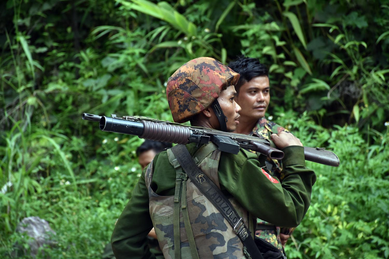 ရှမ်းပြည်နယ်မြောက်ပိုင်း၊ မန္တလေး-မူဆယ်အဝေးပြေးလမ်းမပေါ်က ဂုတ်တွင်းတံတားကို လုံခြုံရေးယူနေသည့် တပ်မတော်သားများကို ၂၀၁၉၊ ဩဂုတ်၂၀ရက်က မြင်တွေ့ရစဉ်။ (စတိဗ်တစ်ခ်နာ | ဖရွန်းတီးယားမြန်မာ)