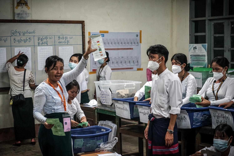 နိုဝင်ဘာ၈ရက် ရွေးကောက်ပွဲတွင် ကရင်ပြည်နယ်၊ ကြာအင်းဆိပ်ကြီးမြို့နယ်အတွင်းရှိ ကျေးရွာတစ်ခုက မဲရုံတစ်ခုတွင် ဆန္ဒမဲများကို ရေတွက်နေစဉ်။ (စရာဇာအောင် | ဖရွန်းတီးယားမြန်မာ)