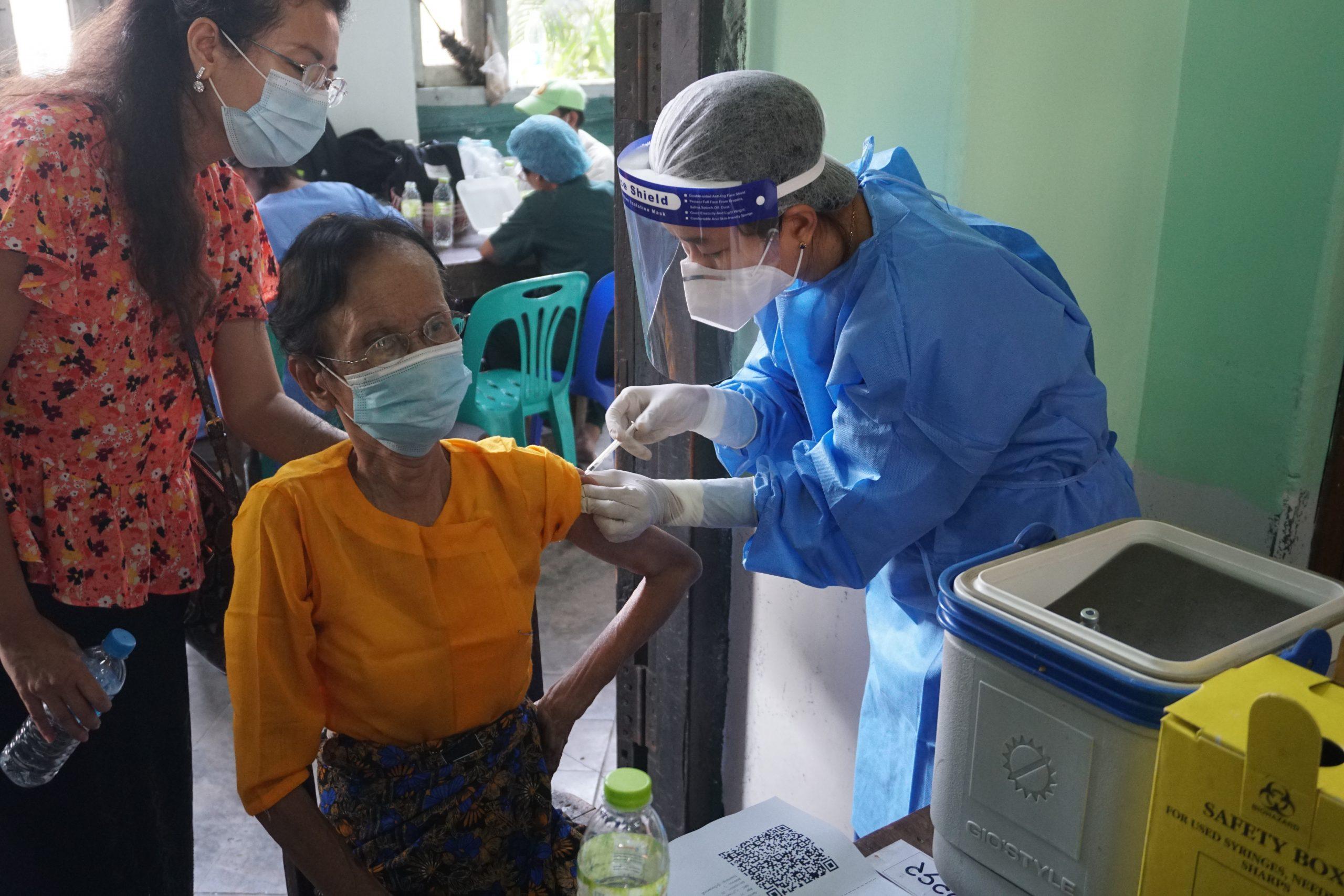 ယနေ့၊ ရန်ကုန်တိုင်းဒေသကြီးအတွင်း သက်ကြီးရွယ်အိုတစ်ဦးအား ကိုဗစ်-၁၉ကာကွယ်ဆေး စတင်ထိုးနှံပေးနေစဉ်။ (ဓာတ်ပုံ | ဖရွန်းတီးယားမြန်မာ)