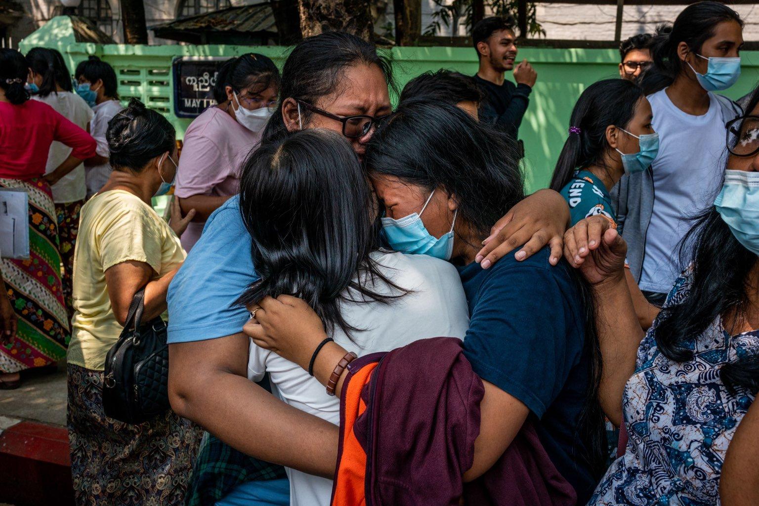 မတ်၂၄ရက်က အင်းစိန်ထောင်မှ ပြန်လွတ်လာသူများကို ဘတ်စ်ကားများဖြင့် တင်ဆောင်၍ တာမွေမြို့နယ်၊ တာမွေရဲစခန်းအနီး၊ ဗညားဒလလမ်းမသို့ ပို့ဆောင်ခဲ့သည်။ ပြန်လွတ်လာသူများသည် မိသားစုဝင်များနှင့် ပြန်လည်ဆုံစည်းခဲ့ကြသည်။ (ဓာတ်ပုံ | ဖရွန်းတီးယားမြန်မာ)