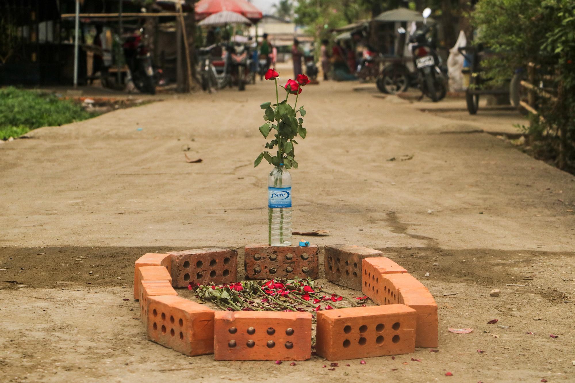 ဖြိုခွင်းမှုအတွင်း ဆန္ဒပြသူတစ်ဦး ကျဆုံးသွားသောနေရာတွင် နှင်းဆီပန်းစိုက်၍ အောက်မေ့သတိရမှုကို ပြသခဲ့ကြသည်။ (ဓာတ်ပုံ | ဖရွန်းတီးယားမြန်မာ)