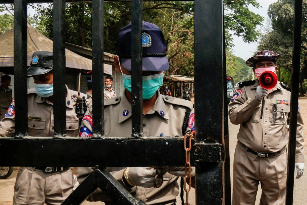 Prison officials stand guard at Yangon's Insein Prison as prisoners are released on April 17, as about 23,000 prisoners are pardoned nationwide to mark the Thingyan holiday. (AFP)