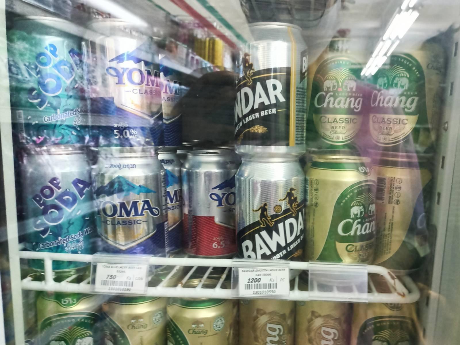 စတိုးဆိုင်တစ်ခုအတွင်း ရောင်းချနေသော ဘီယာအမှတ်တံဆိပ်အမျိုးမျိုးကို မြင်တွေ့ရစဉ်။ (ဓာတ်ပုံ | ဖရွန်းတီးယားမြန်မာ)