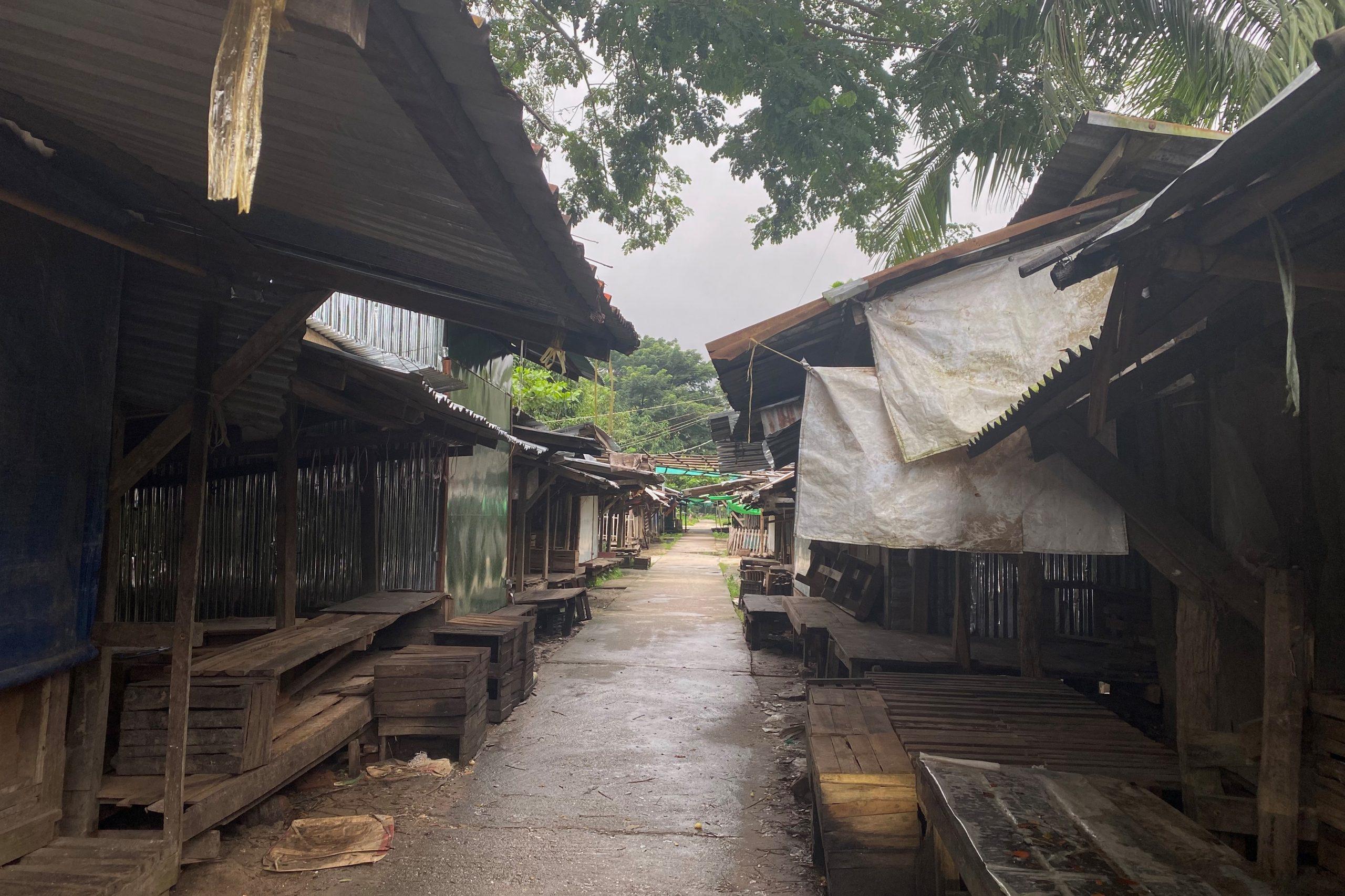 ကိုဗစ်-၁၉ကြောင့် ဇူလိုင်၁၇ရက်က ပိတ်လိုက်သည့် မြစ်ဝကျွန်းပေါ်ရွာလေးရှိ ဈေးကို မြင်တွေ့ရစဉ်။ (ဓာတ်ပုံ | ဖရွန်းတီးယားမြန်မာ)