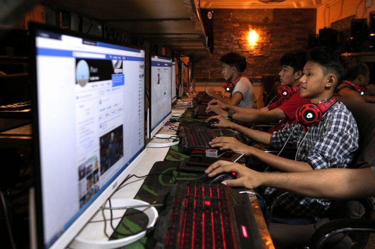 ၂၀၁၈၊ ဒီဇင်ဘာတွင် ရန်ကုန် အင်တာနက်ကဖေးတစ်ခုတွင် အွန်လိုင်းအသုံးပြုနေသော လူငယ်တစ်ချို့ကို မြင်တွေ့ရစဉ်။ (ဓာတ်ပုံ | အေအက်ဖ်ပီ)