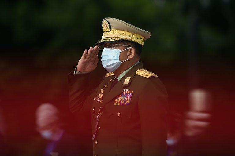 ၂၀၂၀၊ ဇူလိုင်၁၉ရက်က ရန်ကုန်မြို့၊ အာဇာနည်ဗိမာန်တွင် ပြုလုပ်သည့် ၇၃နှစ်မြောက် အာဇာနည်နေ့ အခမ်းအနားသို့ တက်ရောက်လာသည့် တပ်မတော်ကာကွယ်ရေးဦးစီးချုပ် ဗိုလ်ချုပ်မှူးကြီးမင်းအောင်လှိုင်ကို မြင်တွေ့ရစဉ်။ (ရဲအောင်သူ | အေအက်ဖ်ပီ)