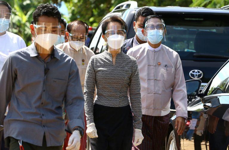 ကိုဗစ်-၁၉ ကာကွယ်ရေးပစ္စည်းများ ဝတ်ဆင်၍ အောက်တိုဘာ၂၀ရက်က နေပြည်တော်တွင် ကျင်းပခဲ့သည့် မဲပေးမှု အစမ်းသရုပ်ပြလေ့ကျင့်နေသည်ကို သွားရောက်ကြည့်ရှုခဲ့သည့် ဒေါ်အောင်ဆန်းစုကြည်ကို မြင်တွေ့ရစဉ်။ (ဓတ်ပုံ | အေအက်ဖ်ပီ)