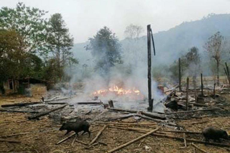 ကရင်ပြည်နယ်၊ ဒေးပူနို့ကျေးရွာတွင် မတ်လအတွင်းက တပ်မတော်၏လေကြောင်းတိုက်ခိုက်မှုကြောင့် မီးလောင်ပျက်ဆီးသွားသော အဆောက်အအုံအချို့ကို မြင်တွေ့ရစဉ်။ (ဓာတ်ပုံ | Karen Information Center / အေအက်ဖ်ပီ)