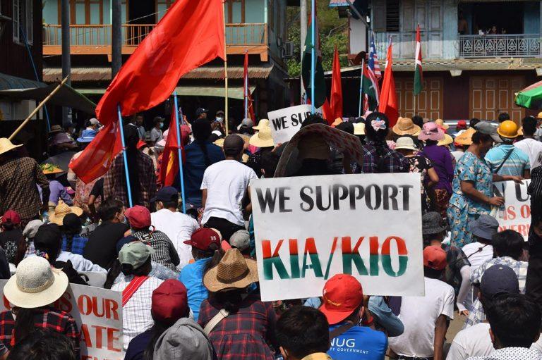 စစ်အာဏာသိမ်းမှုကို ကန့်ကွက်ပြီး ကေအိုင်အေကို ထောက်ခံကြောင်း ဖားကန့်ဒေသခံများက ဆန္ဒထုတ်ဖော်နေစဉ်။ (ဓာတ်ပုံ | Kachinwaves / အေအက်ဖ်ပီ)
