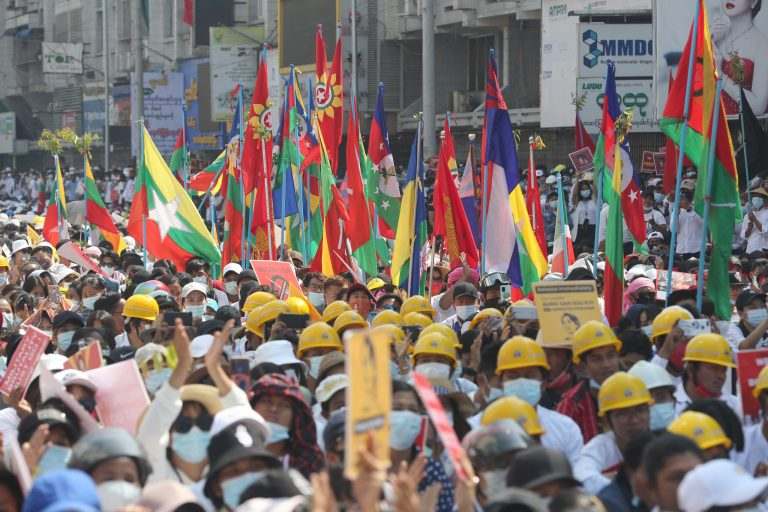 ဖေဖော်ဝါရီ၂၂ရက်က စစ်အာဏာရှင်ဆန့်ကျင်ရေး ဆန္ဒပြပွဲတွင် ပါဝင်ခဲ့ကြသော တိုင်းရင်းသားလူမျိုးစုများကို မြင်တွေ့ရစဉ်။ (ဓာတ်ပုံ | ဖရွန်းတီးယားမြန်မာ)