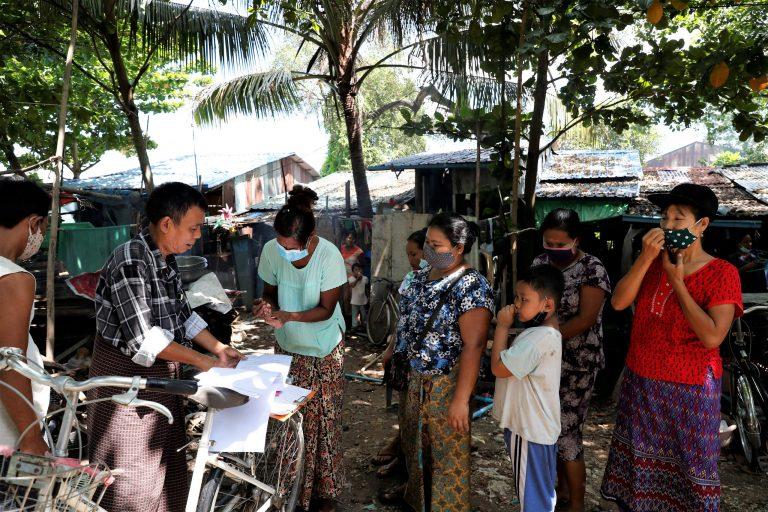 ဇူလိုင်၂၅ရက်က ရန်ကုန်တိုင်းဒေသကြီး၊ ဒေါပုံမြို့နယ်အတွင်းရှိ ဝင်ငွေနိမ့်အိမ်ထောင်စုများကို အထွေထွေအုပ်ချုပ်ရေးရုံးက ငွေကြေးထောက်ပံ့ပေးအပ်သည်။  (ငြိမ်းဆုဝေကျော်စိုး | ဖရွန်တီးယားမြန်မာ)