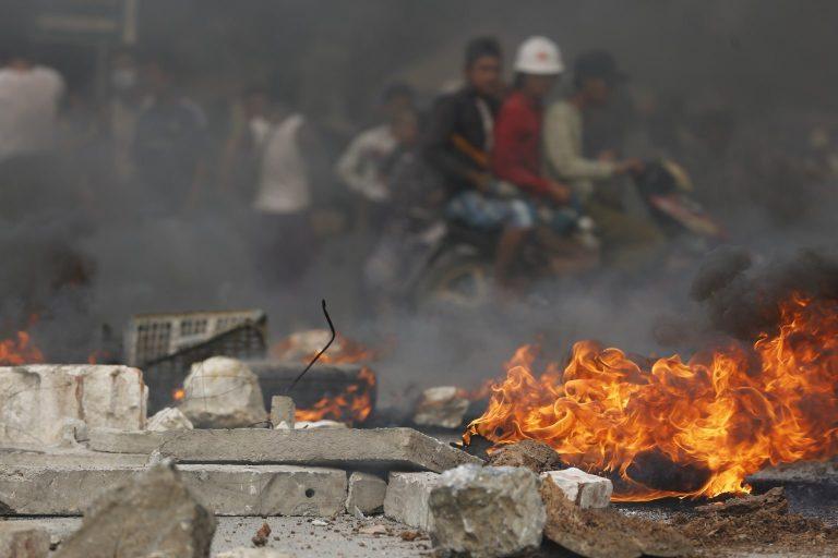 မတ်၂၁ရက်က မန္တလေး၊ ချမ်းမြသာစည်မြို့နယ်ရှိ ဆန္ဒပြသူများ တည်ဆောက်ထားသည့် အတားအဆီး၊ အကာအရံအနီး ကားတာယာမီးလောင်ကျွမ်းနေသည်ကို အဝေးမှ လှမ်းမြင်ရစဉ်။ (ဓာတ်ပုံ | ဖရွန်းတီးယားမြန်မာ)