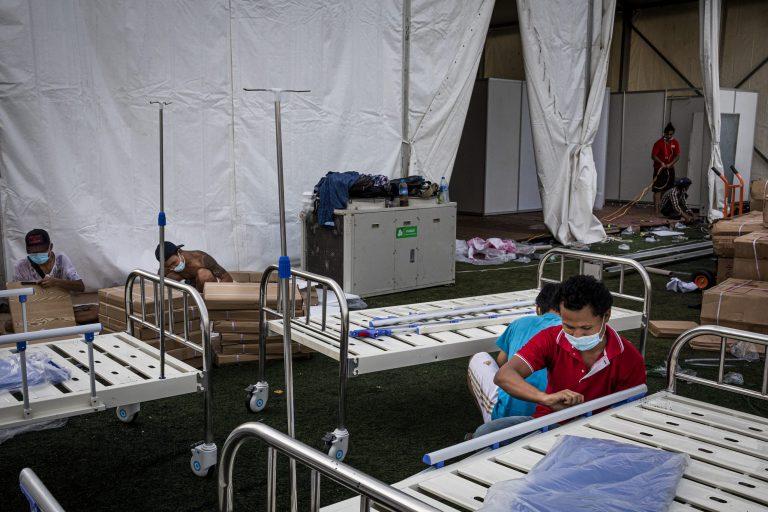 ရန်ကုန်မြို့၊ သုဝဏ္ဏအားကစားကွင်းအနီး ယာယီကိုဗစ်-၁၉ ကုသရေးဌာနဆောက်လုပ်နေသည့် မြင်ကွင်းတစ်ခုကို မြင်ရစဉ်။ ပိုးတွေ့လူနာဦးရေ တဟုန်ထိုး မြင့်တက်လာမှုကြောင့် အစိုးရက ကုသရေးဌာနများ ထပ်မံဖွင့်လှစ်နိုင်ရန် အပူတပြင်း စီစဉ်လျက်ရှိသည်။ (ခွန်လတ် | ဖရွန်းတီးယားမြန်မာ)