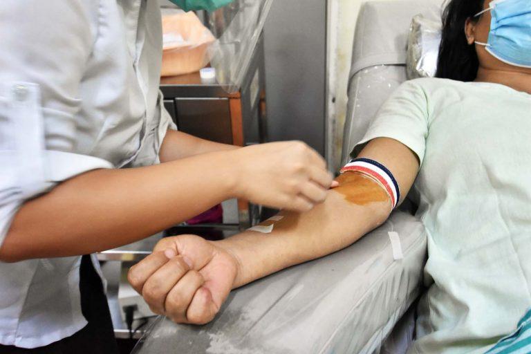 ကိုဗစ်-၁၉ရောဂါ ကူးစက်ခံရမည်စိုး၍ သွေးလှူရှင်အများအပြားသည် အမျိုးသားသွေးဌာနသို့ ရောက်မလာကြတော့ရာ သွေးလိုအပ်မှုကဆက်ရှိနေသည် ။ (စတိဗ်တစ်ခ်နာ | ဖရွန်တီးယားမြန်မာ)