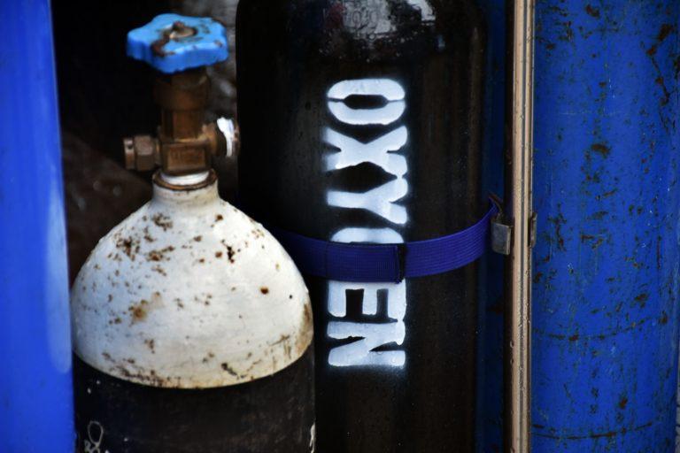 ဇူလိုင်၁၃ရက်က တောင်ဒဂုံမြို့နယ်ရှိ မိတ်ဆက်စက်ရုံတွင် အောက်ဆီဂျင်ဖြည့်တင်းရန် စောင့်ဆိုင်းနေသူများကို မြင်တွေ့ခဲ့ရစဉ်။ (ဓာတ်ပုံ | ဖရွန်းတီးယားမြန်မာ)