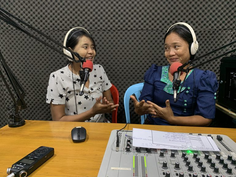 Khayae FM station managers Daw Thu Thu Hlaing and Naw Mee Mee in the studio. (Saw Yan Naing | DW Akademie)