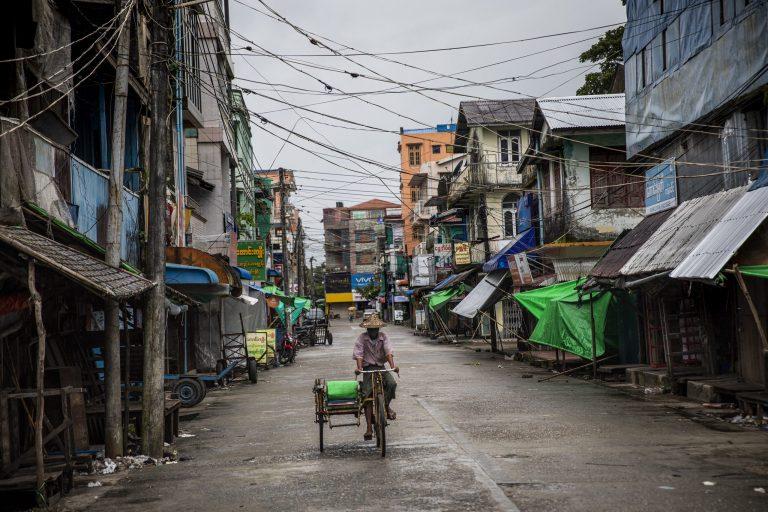 ယခင်ကလူစည်ကားရာ အရပ်ဖြစ်ခဲ့သော စစ်တွေမြို့ဈေးသည် နေအိမ်တွင်နေထိုင်စေရေး အမိန့်ကျင့်သုံးပြီးနောက် ဤကဲ့သို့ ခြောက်ကပ်သွားသည်ကို ဩဂုတ်၂၄ရကfတွင် မြင်တွေ့ရစဉ်။ (ခွန်လတ် | ဖရွန်းတီးယားမြန်မာ)