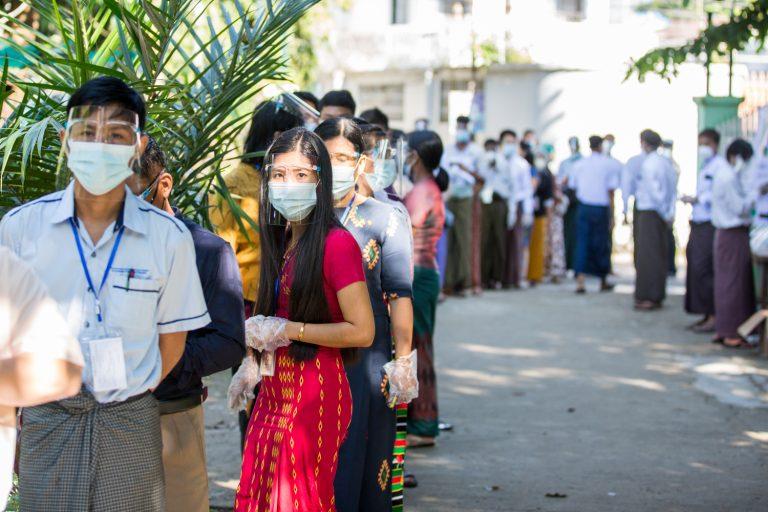 ကိုဗစ်-၁၉ကာကွယ်ရေးအတွက် မာ့စ်ခ်များတပ်ဆင်၍ မဲပေးရန် တန်းစီစောင့်ဆိုင်းနေသော မရမ်းကုန်းမြို့နယ်က မဲဆန္ဒရှင်များကို ရွေးကောက်ပွဲနေ့ နိုဝင်ဘာ၈ရက်တွင် မြင်တွေ့ခဲ့ရစဉ်။ (သူရဇော် | ဖရွန်းတီးယားမြန်မာ)
