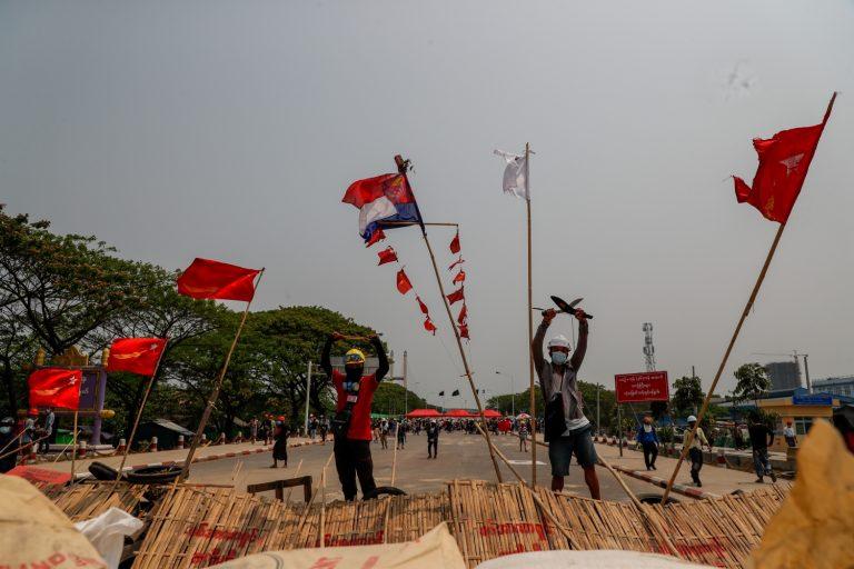 လှိုင်မြစ်ကိုဖြတ်သန်း၍ တည်ဆောက်ထားသောတံတားအနီး ဓားများကိုင်၍ ဆန္ဒပြပွဲတွင် ပါဝင်နေသည့် လှိုင်သာယာမြို့ခံအချို့ကို မတ်၁၄ရက်က မြင်တွေ့ခဲ့ရစဉ်။ (ဓာတ်ပုံ | ဖရွန်းတီးယားမြန်မာ)
