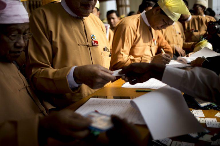 ၂၀၁၆၊ ဖေဖော်ဝါရီ၈ရက်က ပြည်ထောင်စုလွှတ်တော်အစည်းအဝေး တက်ရောက်လာကြသည့် အင်န်အယ်လ်ဒီ လွှတ်တော်ကိုယ်စားလှယ်များကို မြင်တွေ့ရစဉ်။ (အင်န်ဝေါင် | ဖရွန်းတီးယားမြန်မာ)
